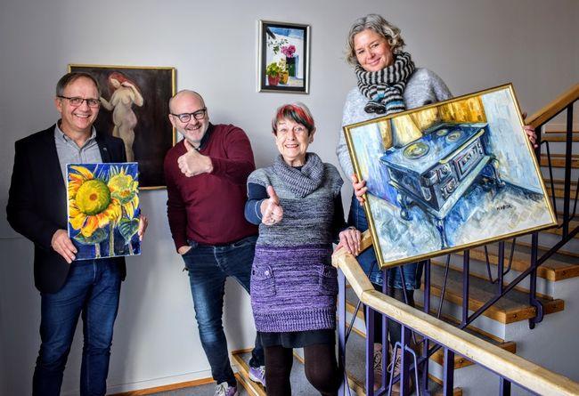 Gruppebilde av ordfører Håkon Tolsby, kunstner Wenche Høidal, rådmann Andreas Lervik og virkdsomhetsleder for barnehage og kultur, Ragnfrid Næss.