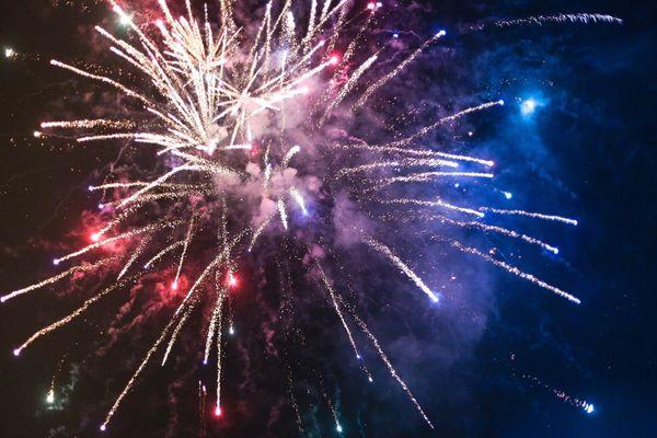 Bilde av furverkeri som eksploderer på himmelen