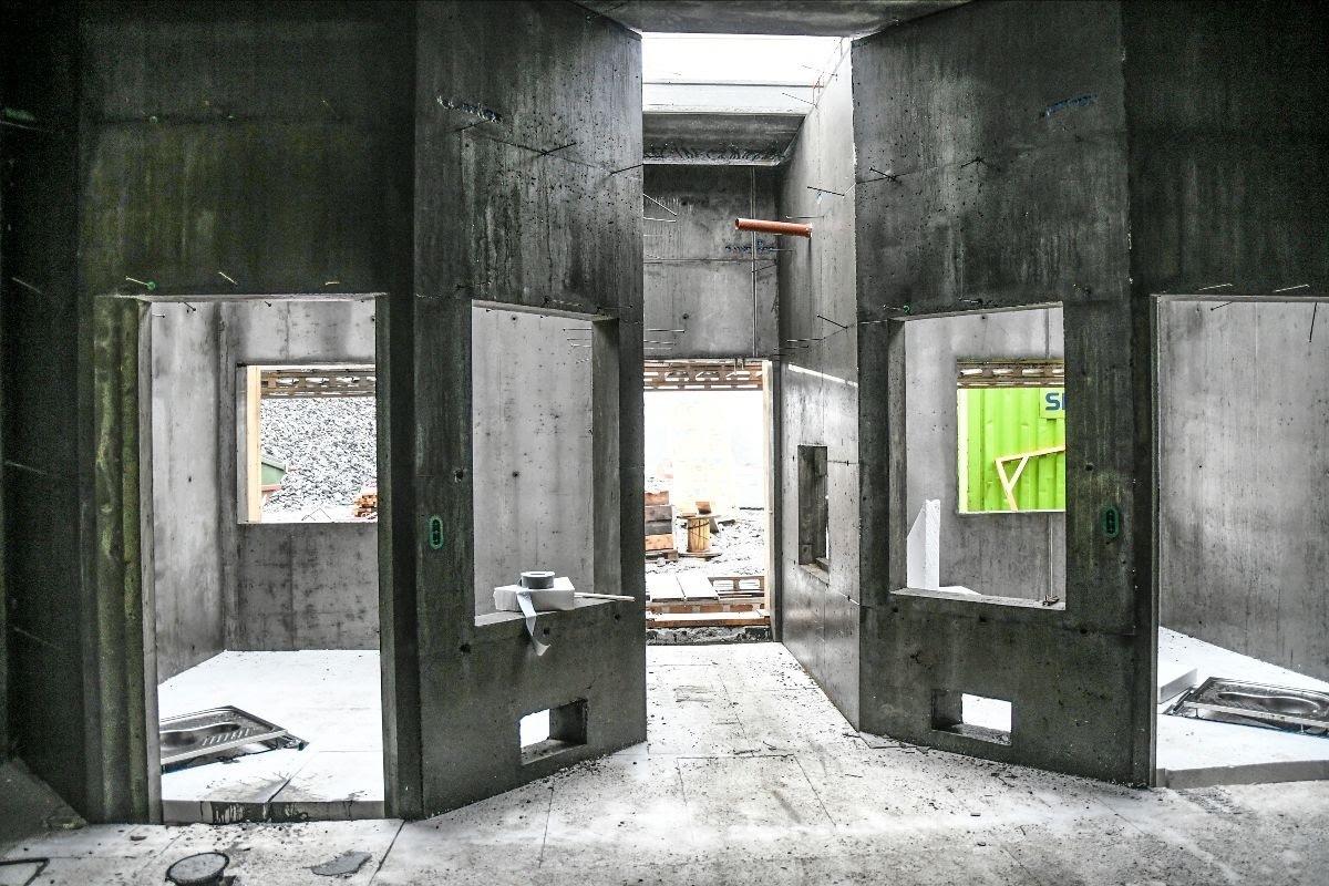 Kunstakademiet vil ha et fullt utstyrt klasserom med kunstbibliotek og galleri i avdeling Froland, og med kurs og aktiviteter i Mandal. Bildet er fra perioden da fengselet var en byggeplass. Foto: Statsbygg