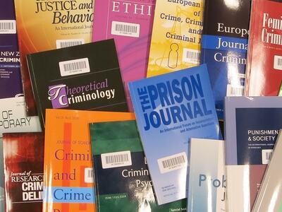 Tilfeldig samling av vitenskapelige tidsskrift. Illustrasjonsbilde.