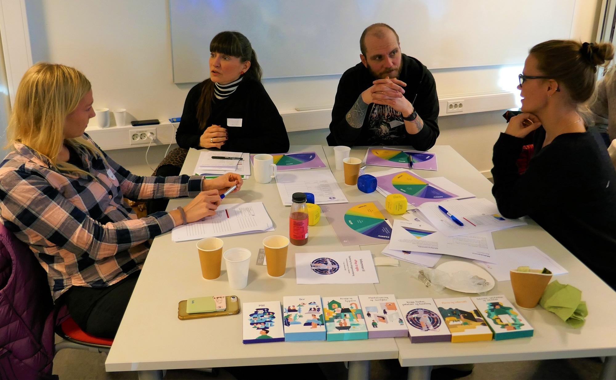 Deltagere jobber med gruppeoppgaver. Bilde