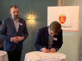 Einar Olav Larsen signerer felleserklæringen