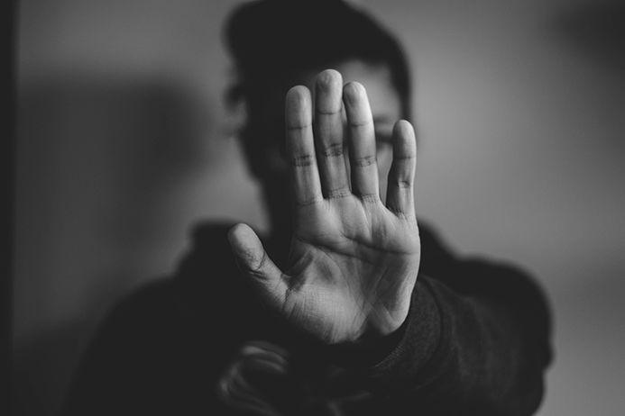 personen som sier stopp med hånden