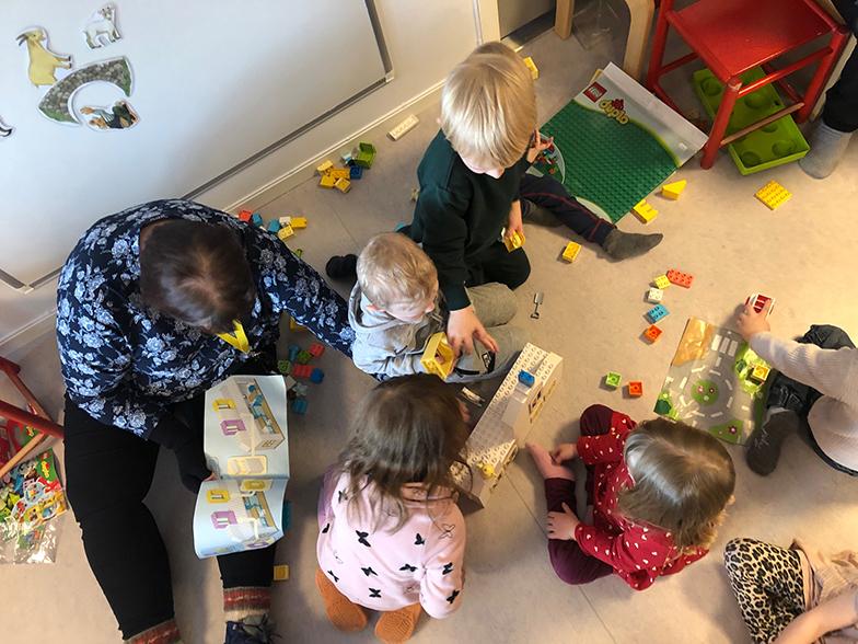 Barn bygger med Lego