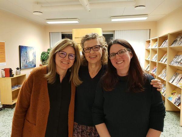 Irene, Hanne og Siri tilbyr innbyggerne take-away utlån av bøker