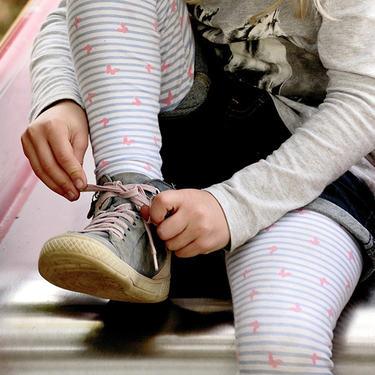 barn knyter sko