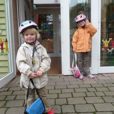 barn med sekk og sykkelhjelm