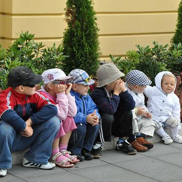 barn som sitter ute