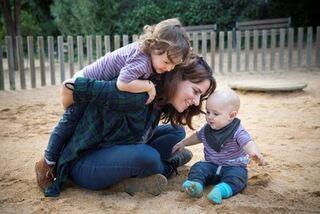 Barn og voksen i sandkassa