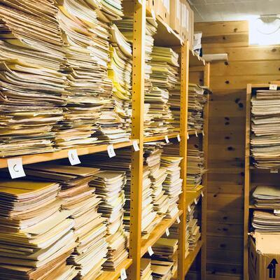 Alfabetisering av arkivmapper på hylle