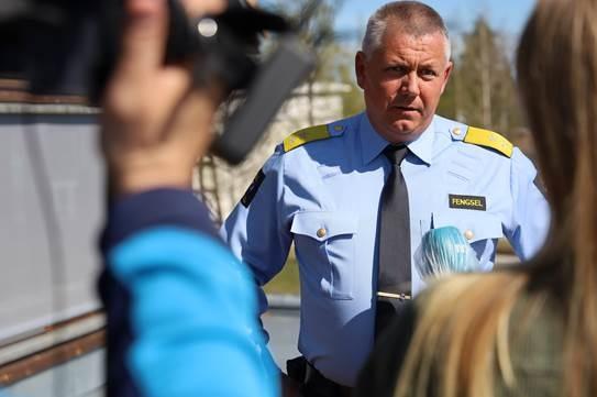Fengselsleder intervjues av journalist