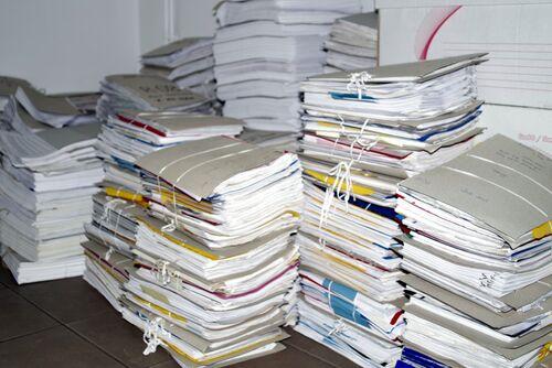 Bilde av arkivmapper på bord.