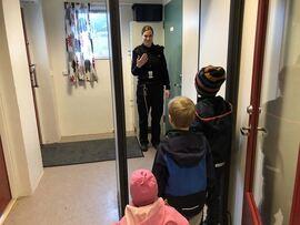 Barn som går gjennom metalldetektor