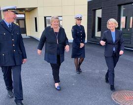 Fengselsleder Frank Tveiten Johansen, statsminister Erna Solberg, KDI-direktør Lise Sannerud og justis- og beredskapsminister Monica Mæland. Foto: JD.