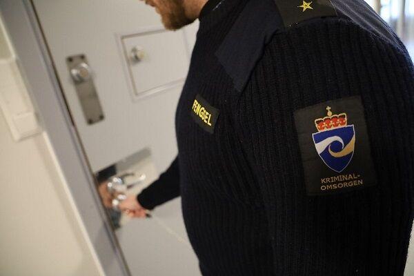 Betjent åpner celledør