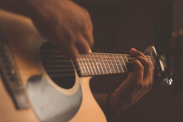 Mann spiller gitar