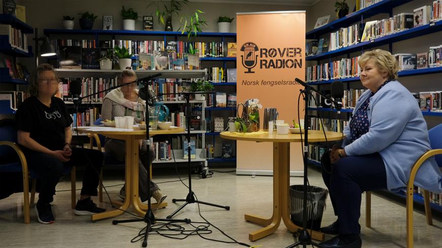 Erna Solberg på besøk hos Røverradioen