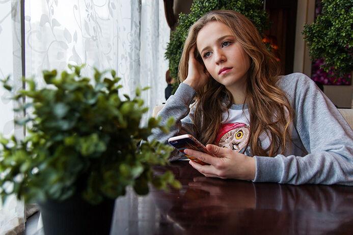 Jente med mobil