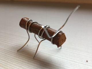 MAUR?: Studenter ved USN campus Porsgrunn innen faget kunst, kultur og kreativitet på barnehagelærerutdanninga har fått kreativt utløp og har laget figurer av kvist og ståltråd.