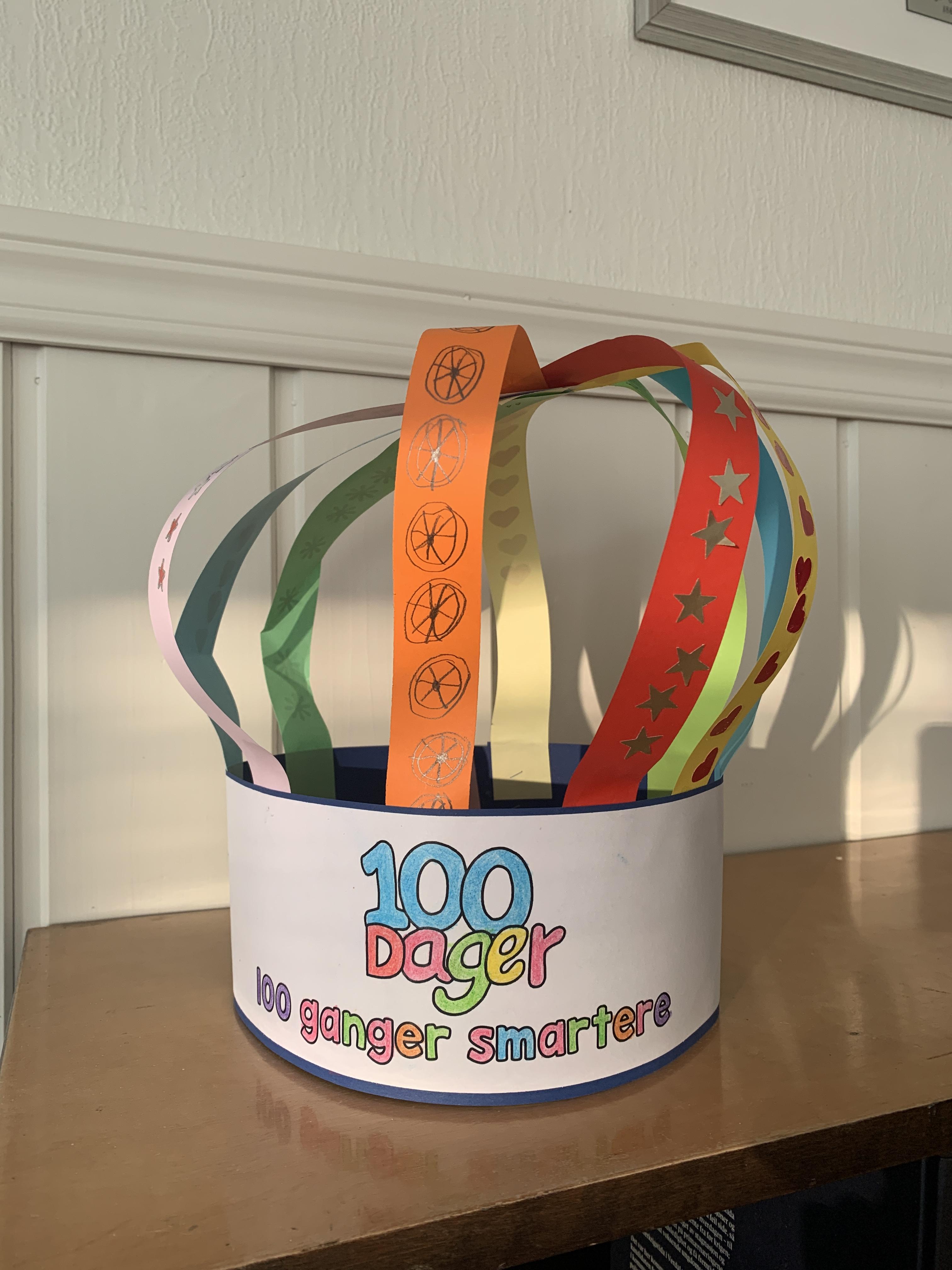 100 DAGER: FUB-lederens datter markerte sine første 100 dager på skolen med en egen krone. foto: privat