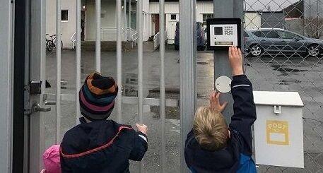 Barn foran fengselsport