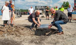 Prosjektleder Jostein Ådalen og ordfører Ola Nordal legger grunnsteinen på plass. Foto: Ås kommune