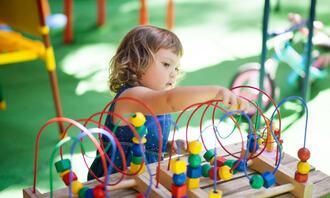 LEKENDE JENTE: Bildet viser en jente som leker i barnehagen. foto: colourbox