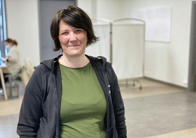 Leder for helsestasjons- og skolehelsetjenesten Tone Dervo har hendene fulle på grunn av vaksineringsarbeidet. Slik vil det også være i mange måneder fremover, til alle som skal ha vaksine i Alta har fått det.