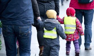 PÅ TUR: Bilde av to barn på tur med barnehagen. foto: colourbox