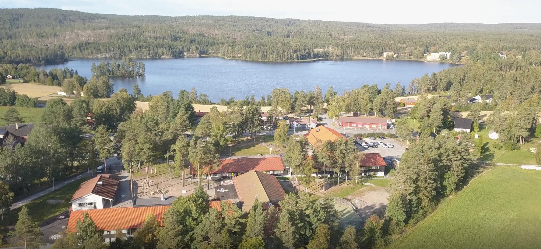 Bilde av skolen fra øst
