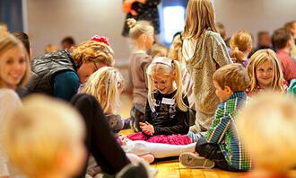 PERSONVERN: Tillatelse til fotografering i barnehagen er blant temaene som kan skape usikkerhet i samarbeidet mellom foreldre og barnehage. Bildet viser lekende barn. foto: colourbox
