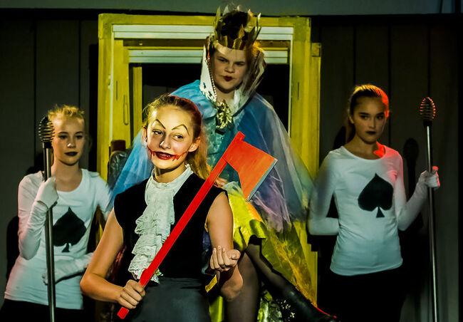 Ungdommer som spiller i stykket Jeg er ikke Alice