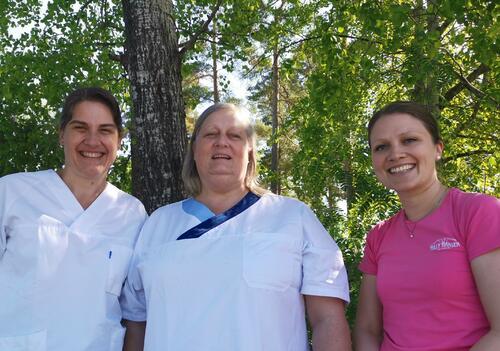 Fra venstre: Rita Martinsen (vaksinasjonskoordinator), Britt Sandbæk (helsesekretær) og Hege Nøkleby (helsesøster).