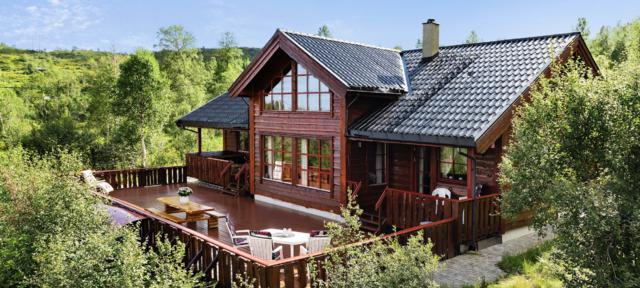 Det er fortsatt mange ledige ferieboliger i sommer. Denne hytta i Kvam i Hordaland tar 14 personer og kan leies for under 20000 kroner. (Foto: Novasol)
