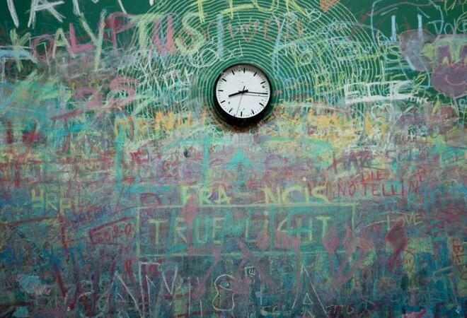 En klokke som henger på en tavle i et klasserom