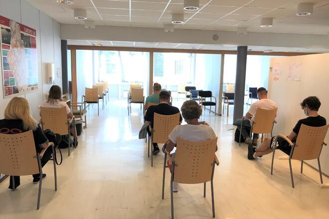 Fullt i ventesonen etter drop in vaksine 8/7-21. Foto Ås kommune/Kari Skarheim