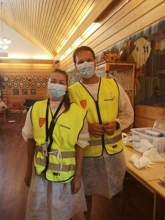 Wenche og Thomas vaksinerer.jpg