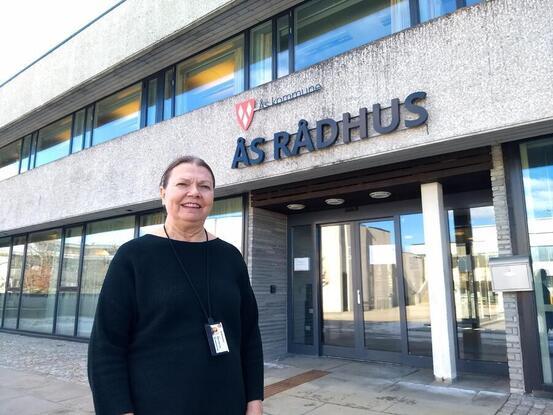 Foto av kommuneoverlege Sidsel Storhaug utenfor Ås kulturhus