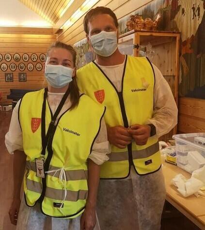 Vaksinekoordinator Wenche Adelsten Ruud og Thomas Lovasz ønsker deg velkommen til drop-in vaksinering.