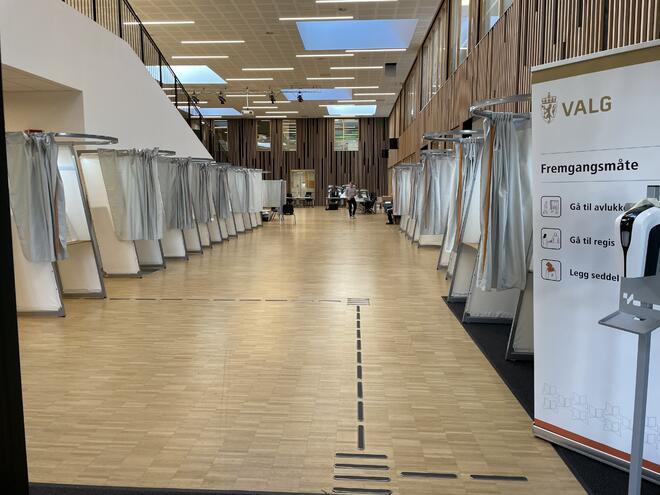 Valglokalene på Rustad skole er klar for å ta i mot velgerne på mandag.