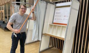 Jan Einbu ved politisk sekretariat har ansvaret for oppriggingen av valglokalene i Ås. Han ønsker alle hjertelig velkommen til å bruke stemmeretten på mandag.