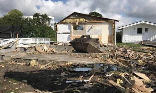 Hytteeieren fikk tillatelse til å rive et anneks. Rev i stedet hele hytta. Foto: Tønsberg kommune