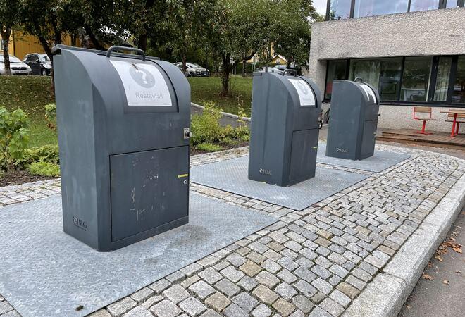 Tre søppelkasser utenfor innbyggertorget