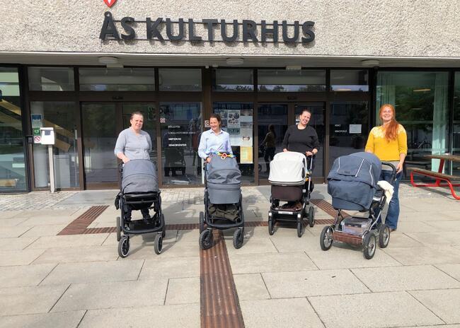 Fire med barnevogn utenfor Ås kulturhus