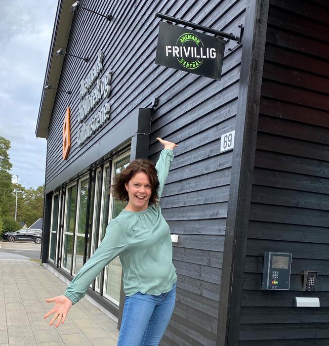 Prosjektleder, Trine-Lise Thue. Bildet tatt foran Aremark bibliotek/Kulturscena